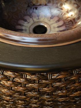 плетеная корзина под раковину